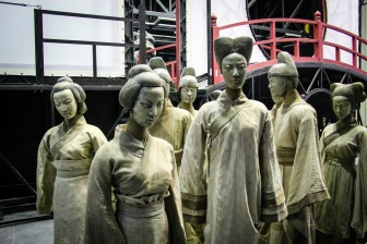 Mannequins Vignette setting . Costume Tim Yip . Han show Wuhan 2014 China